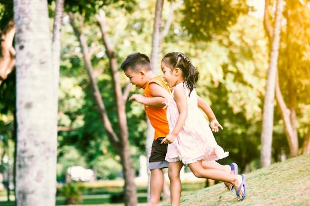 Enfants asiatiques s'amuser à courir et jouer ensemble dans le parc dans le ton de couleur vintage