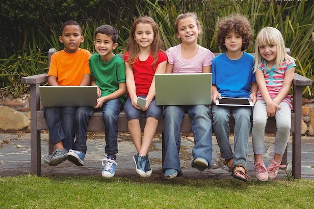 Enfants assis sur un banc de parc