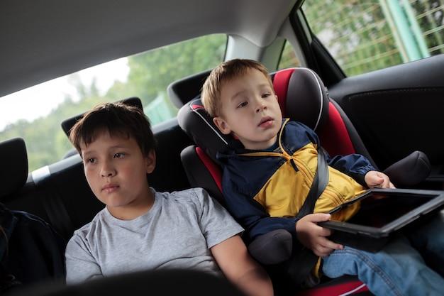 Enfants assis dans la voiture et regardant la route