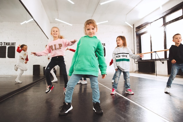 Les enfants assis à l'école de danse. concept de ballet, hiphop, rue, danseurs funky et modernes