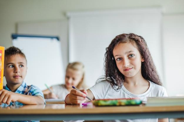 Enfants assis à l'école