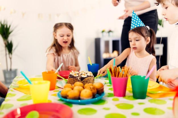 Enfants assis à table sur la fête