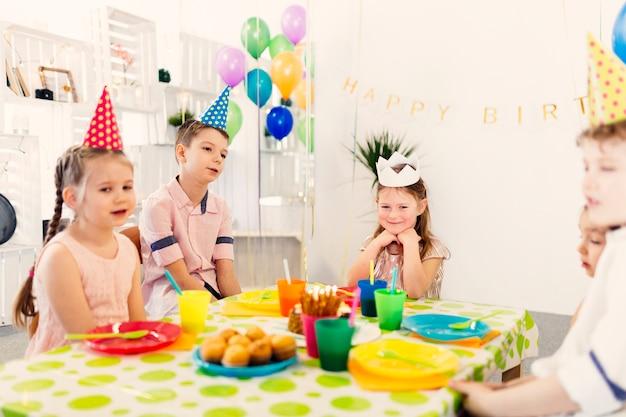 Enfants assis à table pour anniversaire