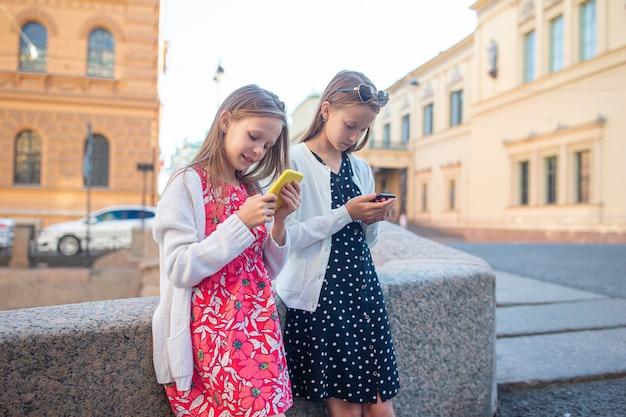 Enfants au bord de l'eau d'été à saint-pétersbourg