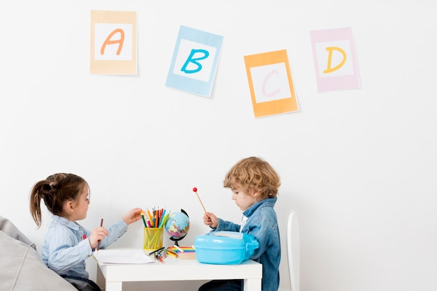 Enfants au bureau jouant ensemble