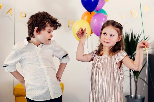 Enfants axés sur la danse dans une salle décorée