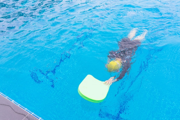 Enfants ayant cours de natation. enfant nager en apprentissage en classe.
