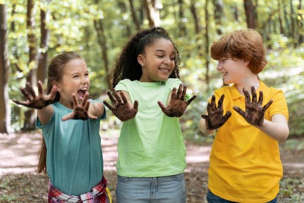 Enfants ayant les mains sales après la plantation