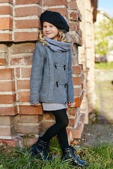 Enfants bébé en vêtements de printemps automne rétro