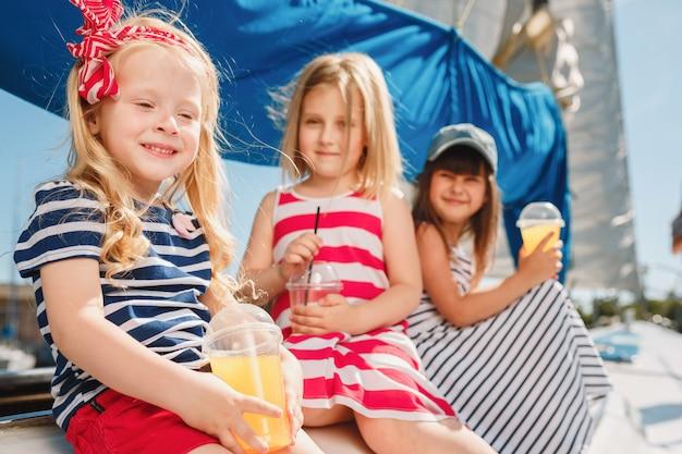 Les enfants à bord du yacht de mer