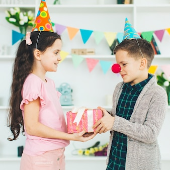 Enfants avec un cadeau pour un anniversaire