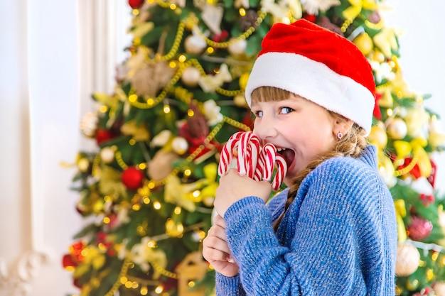 Enfants avec des cannes de bonbon de noël.