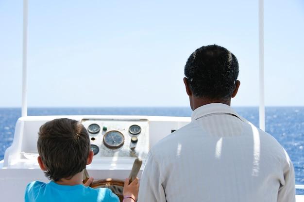 Les enfants avec capitan reposent sur la mer