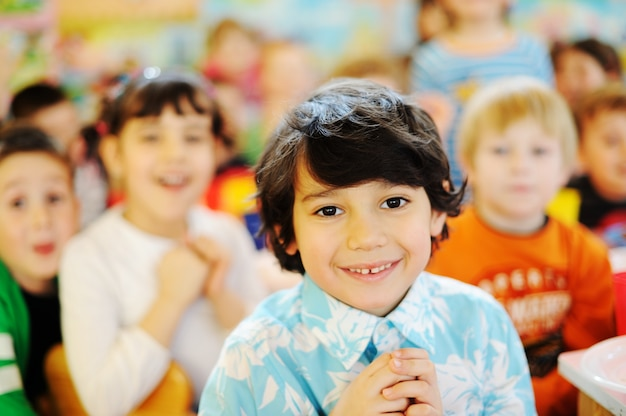Enfants célébrant la fête d'anniversaire dans la cour de récréation