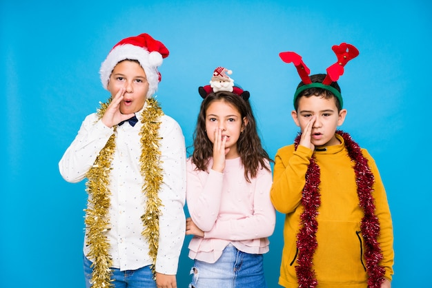 Enfants célébrant le jour de noël faisant des expressions