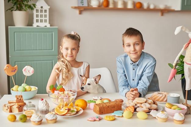 Enfants célébrant pâques avec de la nourriture
