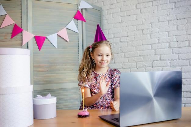 Enfants célébrant son anniversaire par appel vidéo