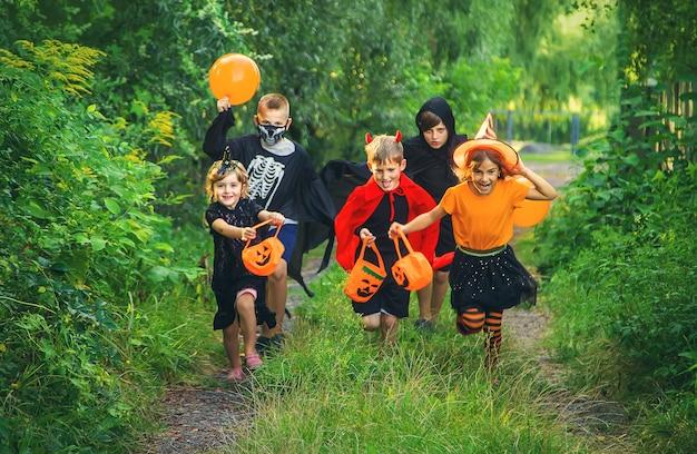 Les enfants célèbrent halloween déguisés. mise au point sélective. des gamins.