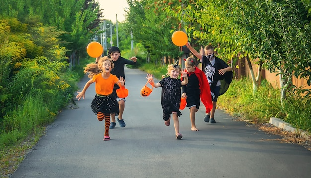 Les enfants célèbrent halloween déguisés. mise au point sélective.