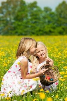 Enfants à la chasse aux œufs de pâques avec œufs