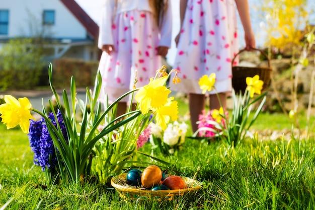 Enfants à la chasse aux œufs de pâques avec des œufs