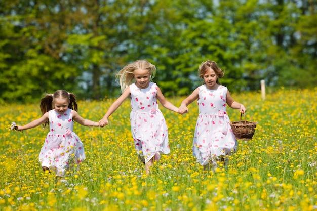 Enfants sur la chasse aux oeufs de pâques avec des paniers