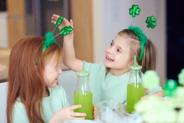 Enfants avec cocktail s'amusant