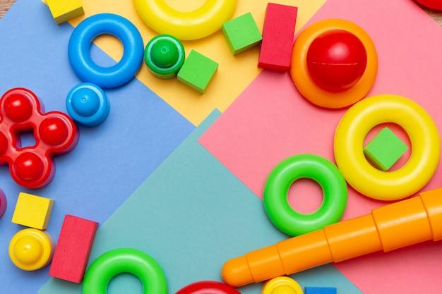Enfants colorés enfants éducation jouets motif fond copie espace sur le brillant.