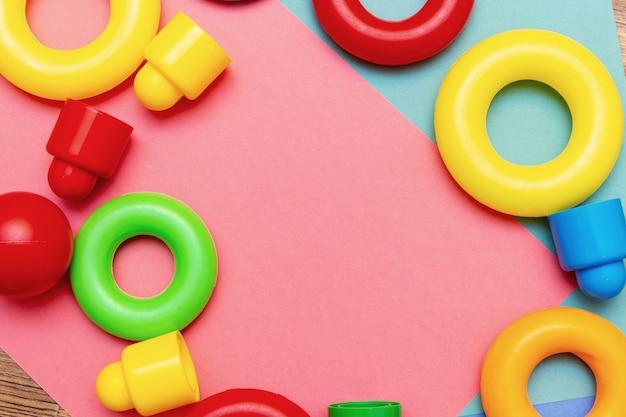 Enfants colorés enfants éducation jouets motif de fond avec copie espace