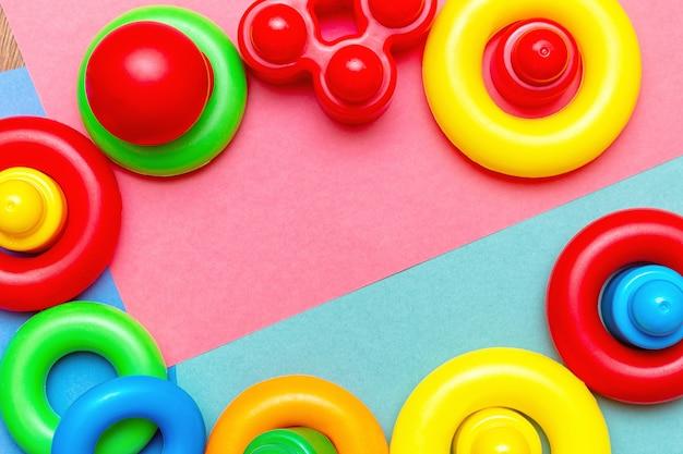 Enfants colorés enfants éducation jouets motif de fond avec espace de copie. enfance enfance enfants enfants bébés concept