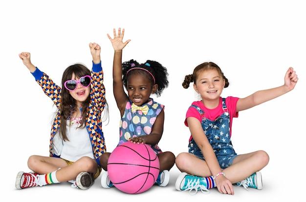 Enfants, copines, sourire, bonheur, basket-ball, convivialité, studio, portrait
