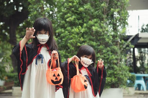 Enfants En Costumes Allant Tromper Ou Traiter Photo Premium