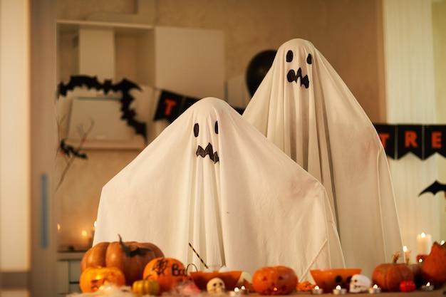 Enfants en costumes fantômes à la fête