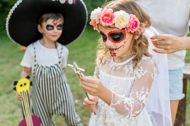 Enfants avec des costumes d'halloween