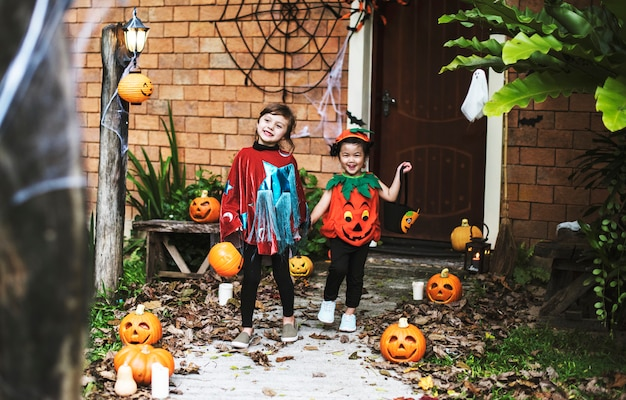 Enfants en costumes d'halloween