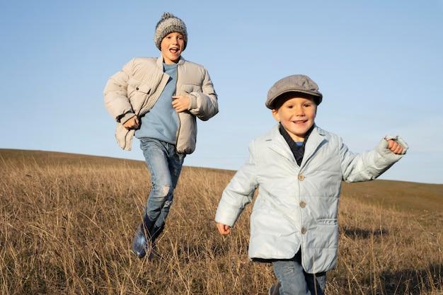 Enfants de coup moyen courant sur le terrain
