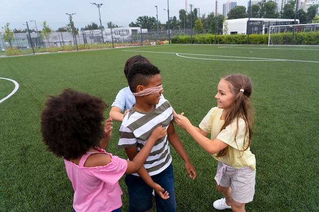 Enfants de coup moyen jouant au jeu de tag