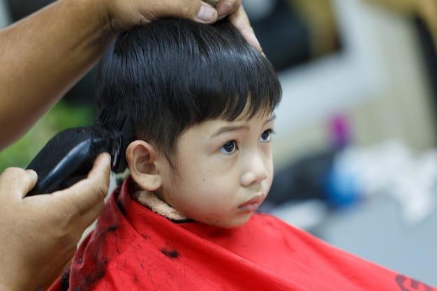 Enfants coupe de cheveux détail personnes art