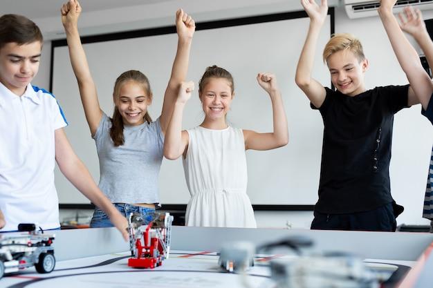 Les enfants des cours de robotique célèbrent la victoire