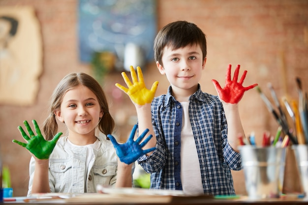Enfants créatifs posant
