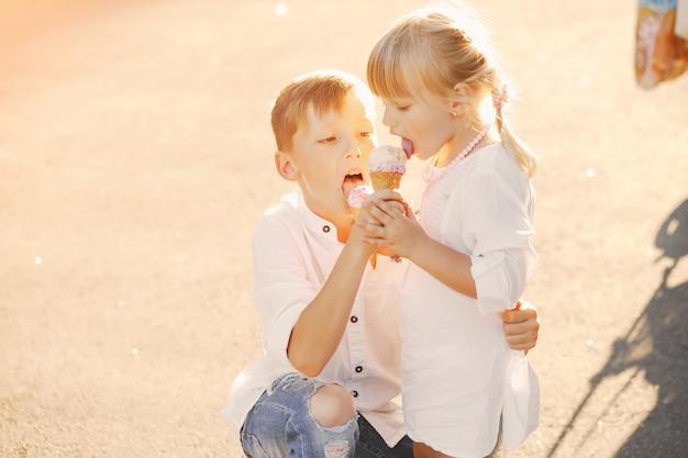 Enfants avec de la crème glacée