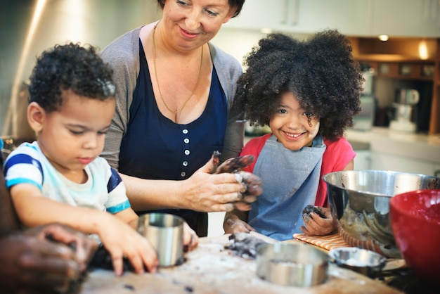 Enfants cuisiner cuisson concept de cuisine de biscuits