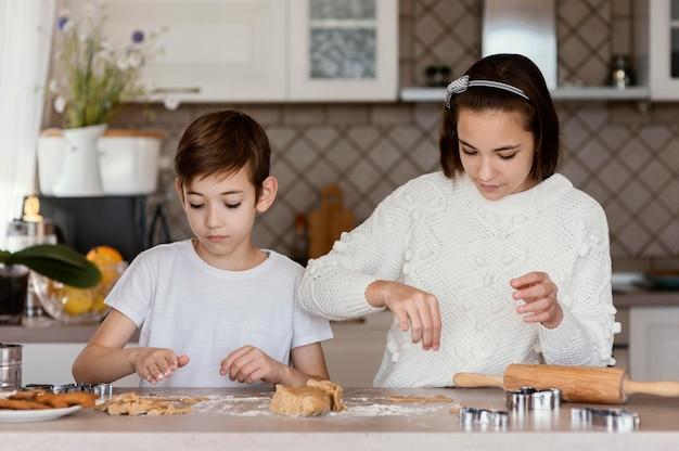 Enfants dans la cuisine