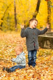 Enfants dans la forêt d'automne jaune et or