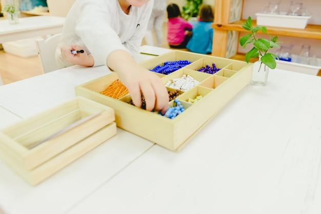 Les enfants dans leur classe à ramasser des outils d'apprentissage.