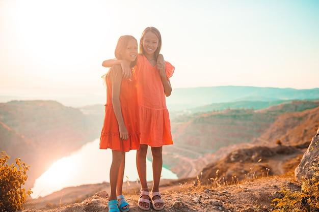 Enfants dans les montagnes