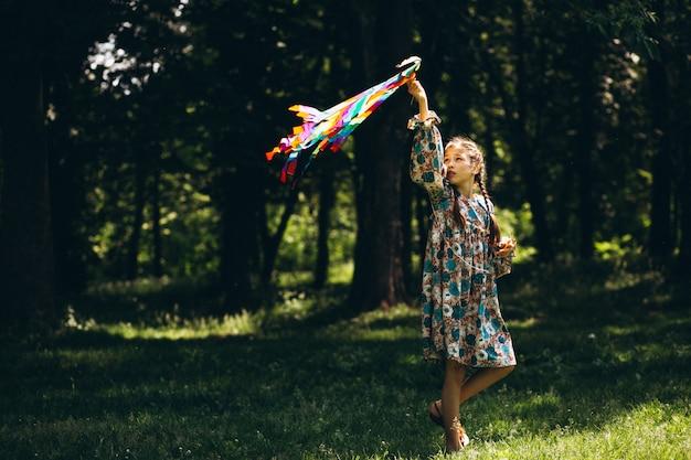 Enfants dans le parc avec cerf-volant