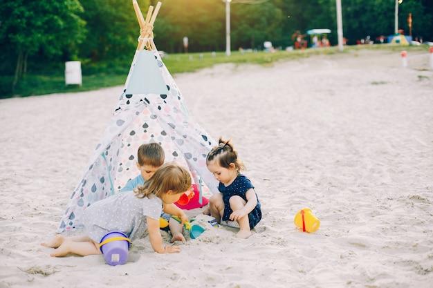 Enfants dans un parc d'été
