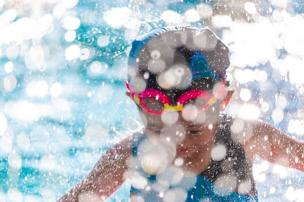 Enfants dans la piscine s'amuser