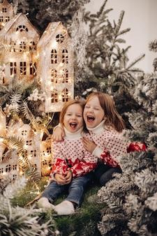Enfants debout au niveau supérieur de la décoration de noël